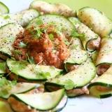 Ravioli di zucchine, ripieni di crema di noci e semi, conditi con una salsa di pomodoro e peperone.