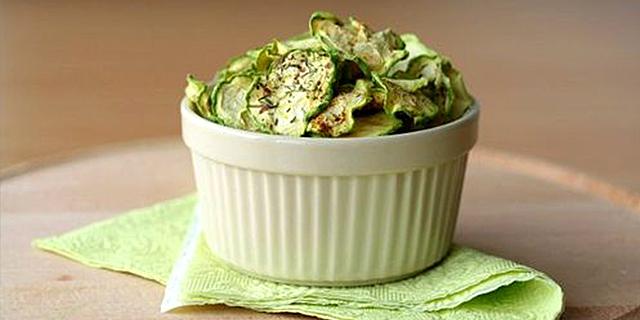 ciotola bianca contenente chips di zucchine