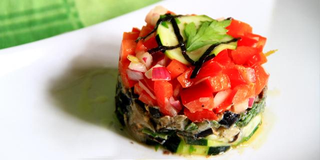 Tartare estiva di verdure: zucchine, melanzane, peperoni e cipolla posizionati a strati