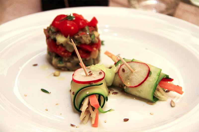 Involtini crudisti di verdure insieme ad un tortino di guacamole