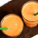 Due bicchieri di frullato di melone e zedano visti dall'alto.
