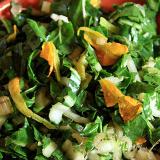 Una ciotola di coccio contenente l'insalata