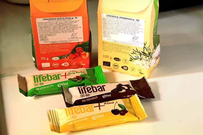 Due pacchetti di cracker e tre barrette della LifeFood