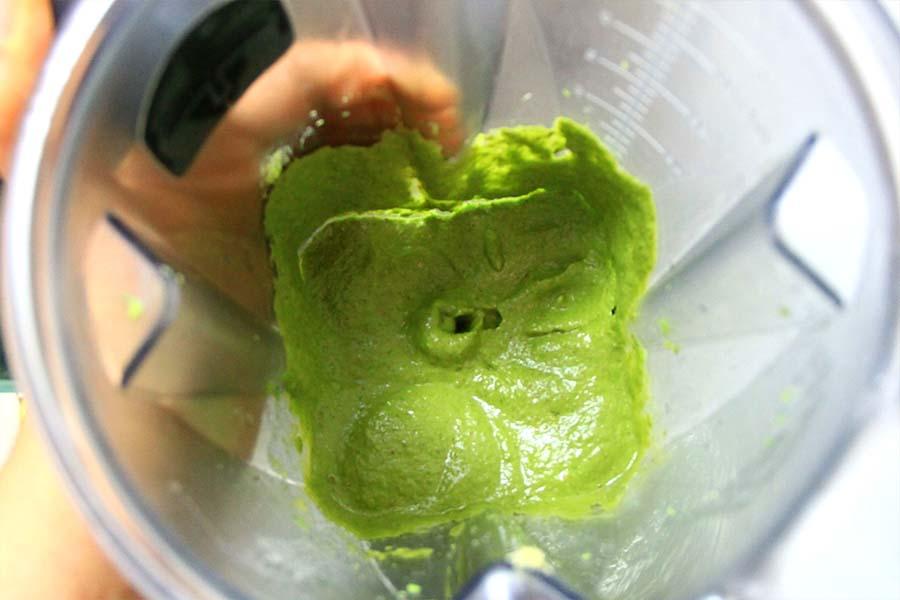 Pesto cremoso dall'intenso colore verde all'interno del frullatore