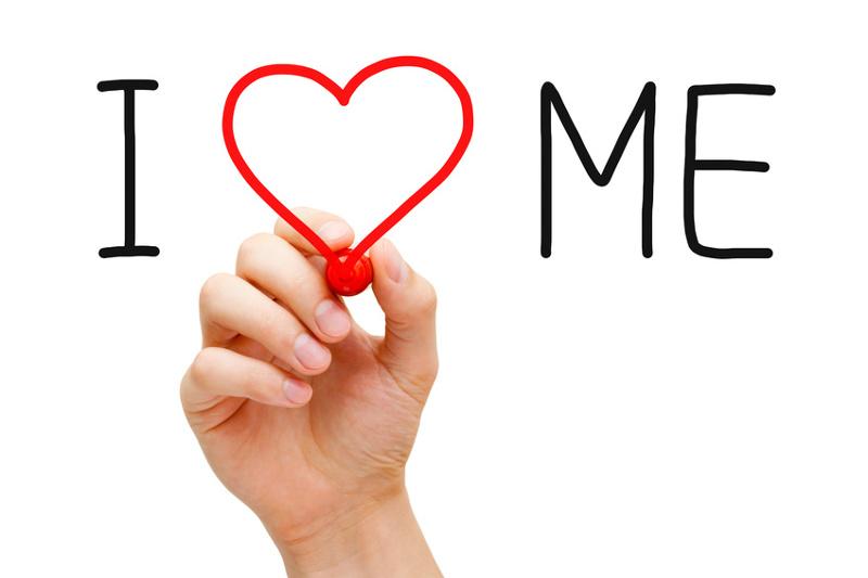 """Scritta a pennarello """"I love me"""" con un cuore rosso"""