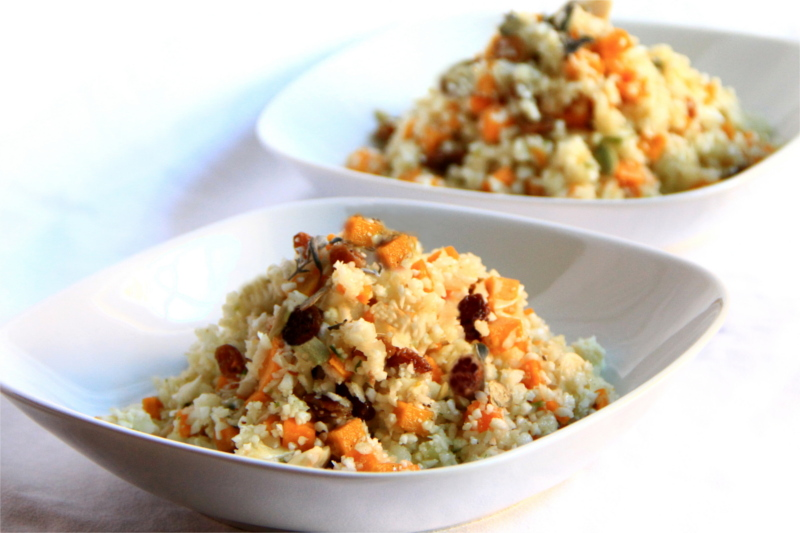 Due piatti di Cous cous di cavolfiore con zucca e uvetta