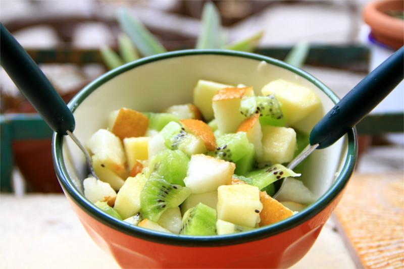 Una tazza colma di Macedonia di frutta invernale