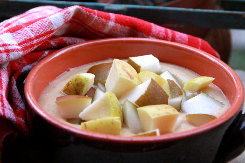 All'interno di una ciotola di ceramica una zuppa di frutta