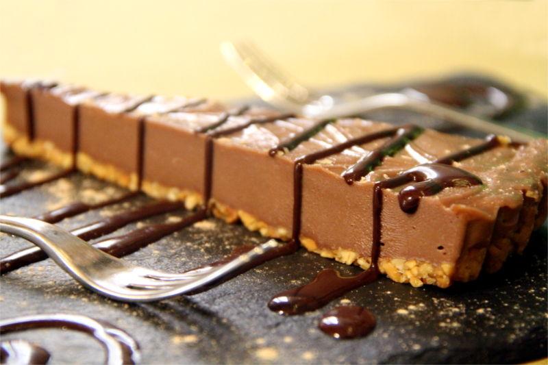 Una fetta di cheesecake al cioccolato