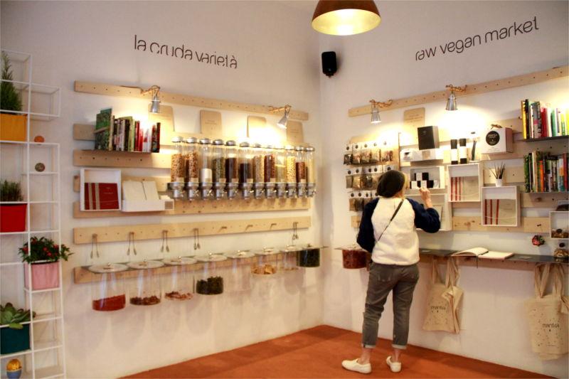 Oggetti alla parete che permettono di acquistare prodotti alla spina