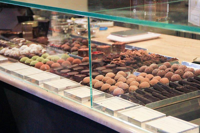 Bancone imbandito di dolci del locale Grezzo