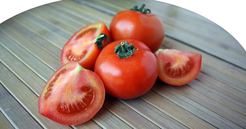 Pomodori su un tavolo