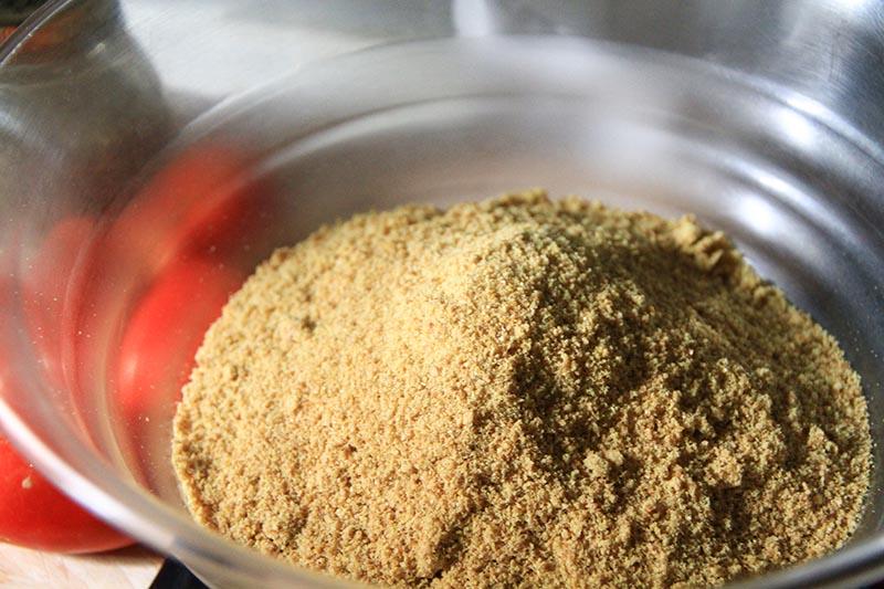 Farina di semi di lino all'interno di una ciotola