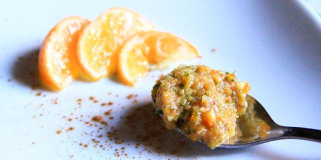 Un cucchiaio di Marmellata di mandarino crudista, una spolverata di cannella e tre spicchi di mandarino
