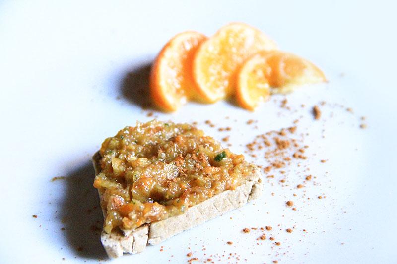 Una Fetta biscottata con Marmellata di mandarino crudista
