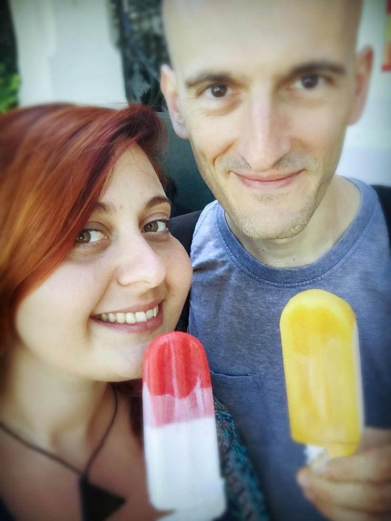 Lorena e Gabriele con il loro gelato stecco in mano di colore rosa e bianco e arancione