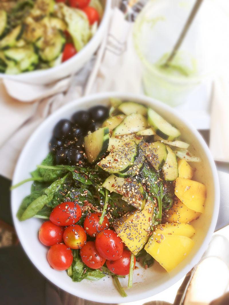 Una fresca insalata in una bowl con colori accesi