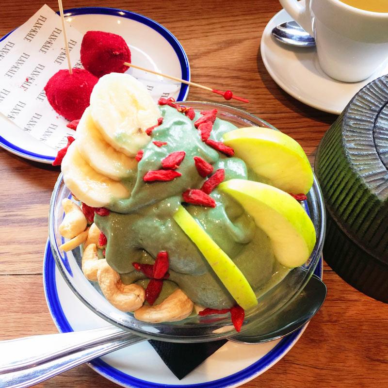 Un gelato verde con frutta e frutta secca