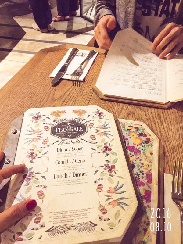 Menù del ristorante in primo piano su un tavolo