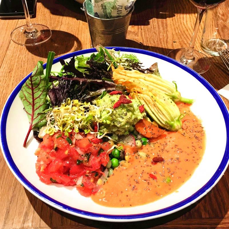 Piatto d'insalata molto colorato