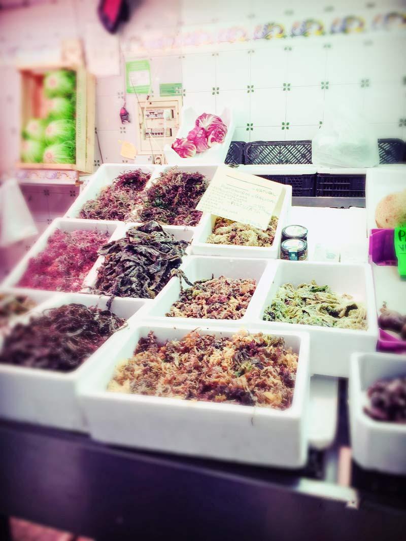 Alcuni contenitori al mercato che propongono alghe di vario tipo