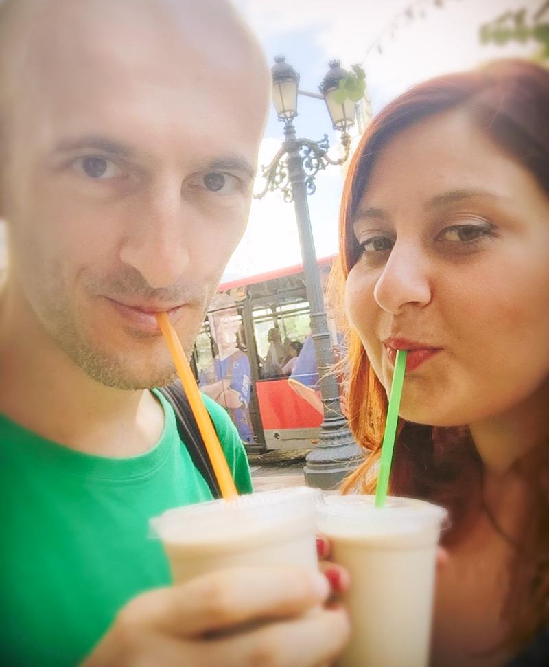 Gabriele e Lorena mentre beve orchata