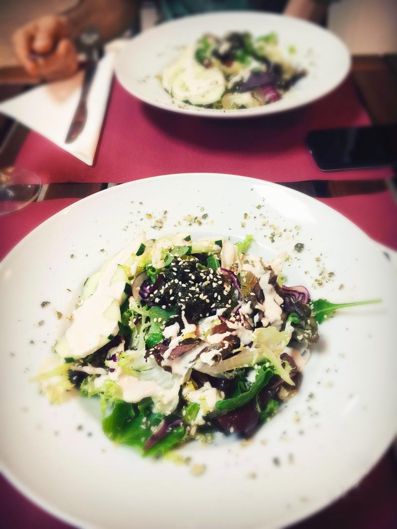 Un'insalata colorata su un piatto bianco