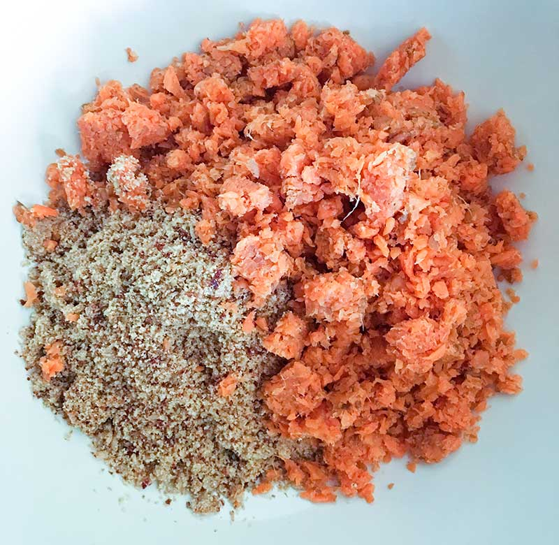 I semi tritati e la polpa di carote in una ciotola