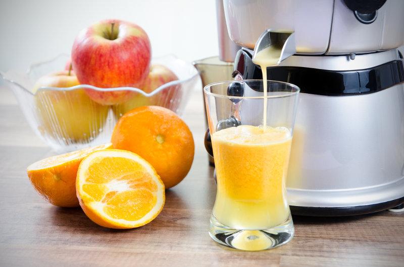 Un estrattore al lavoro su un succo di mele e arance