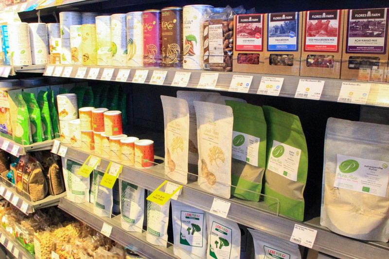 scaffale con prodotti vari in diverse confezioni di molti colori