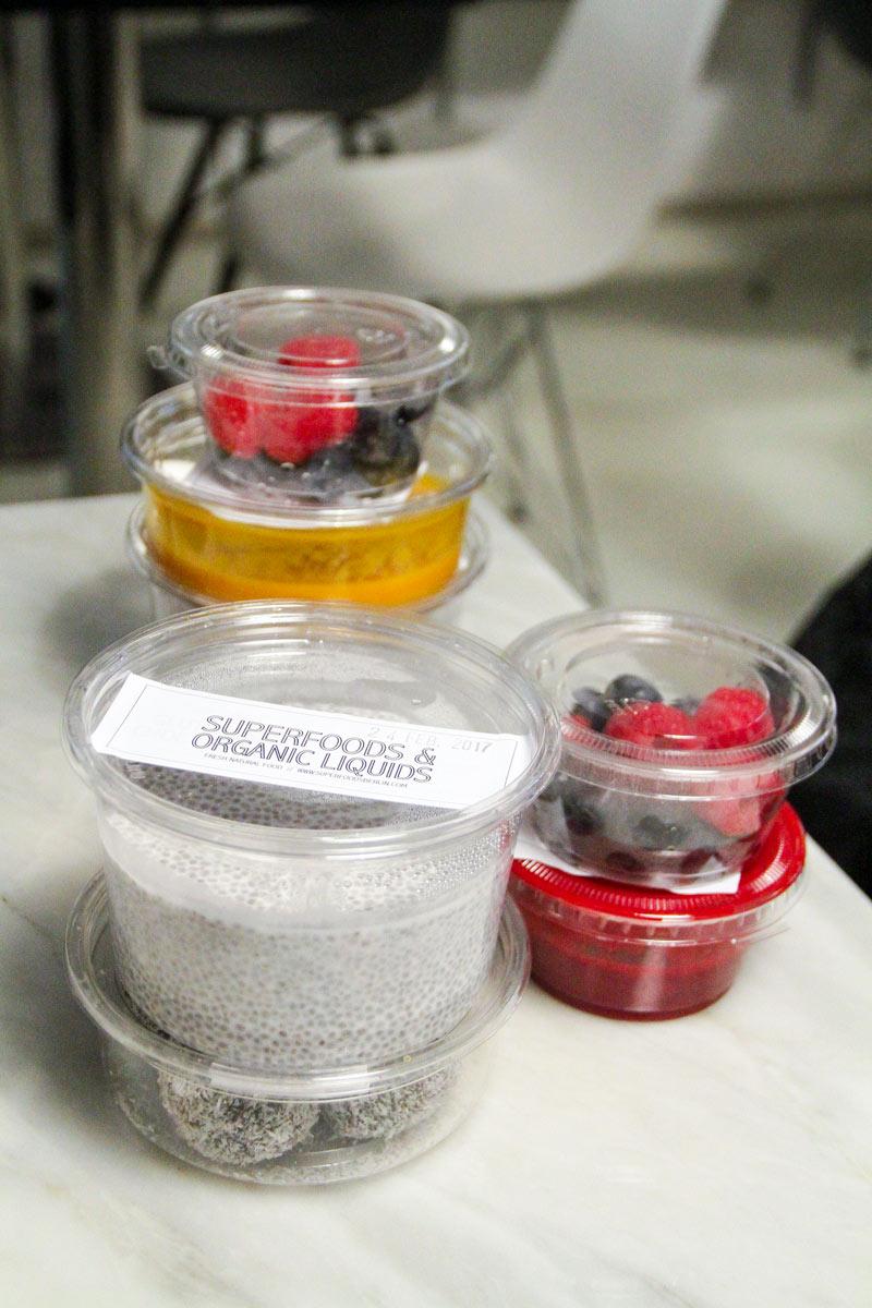 contenitori di plastica vari con pudding di chia, dressing e truffles