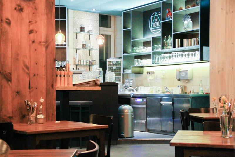 cucina del locale con mensole e ripiani di colore scuro