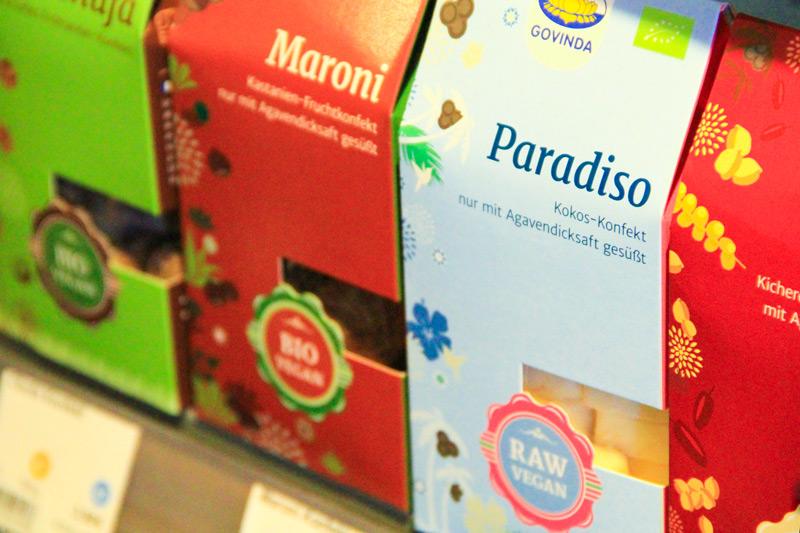 confezioni verticali di dolci di colore azzurro, rosso e verde