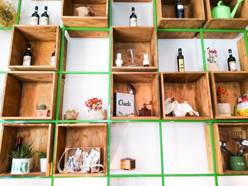 Mensola di design con tanti posti in cui ci sono libri e vini