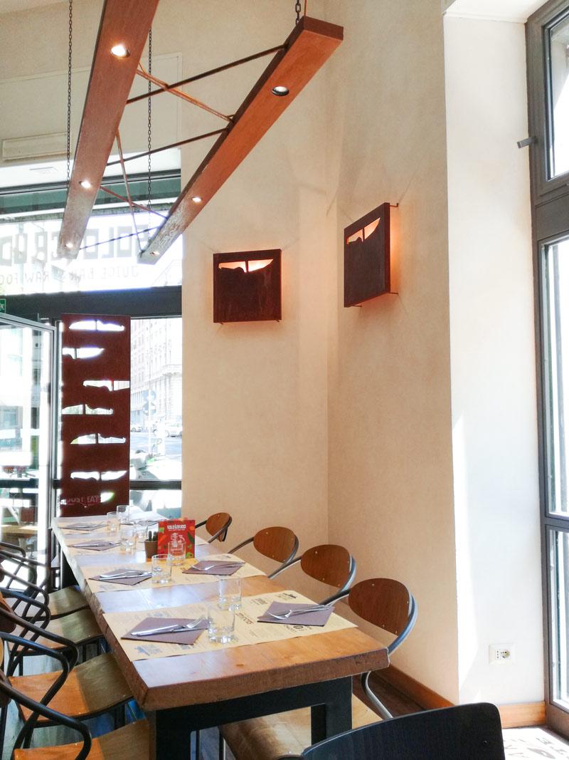 Un tavolo per 8 persone all'interno del locale