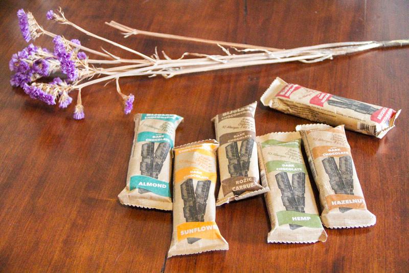 Confezioni in carta rustica di tavolette di cioccolato su tavolo in legno scuro