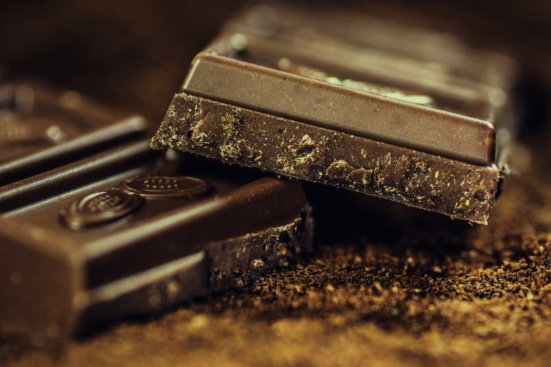 Due tavolette di cioccolato spezzate uno sopra all'altra