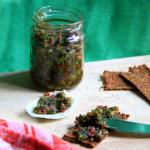 Pesto di finocchietto, con mandorle e pomodoro secco, spalmato cu un cracker crudista e in una barchetta di finocchio.