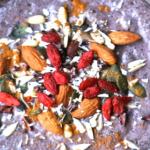 Ciotolina contente il Pudding di semi di chia dal colore viola, in superficie semi e frutta secca