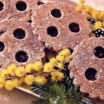 Spitzbuben crudisti di grano saraceno ornati da rametti di mimosa