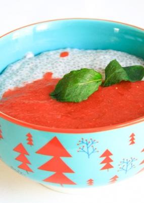 Una ciotola azzurra e disegni arancioni con pudding e dressing di fragole
