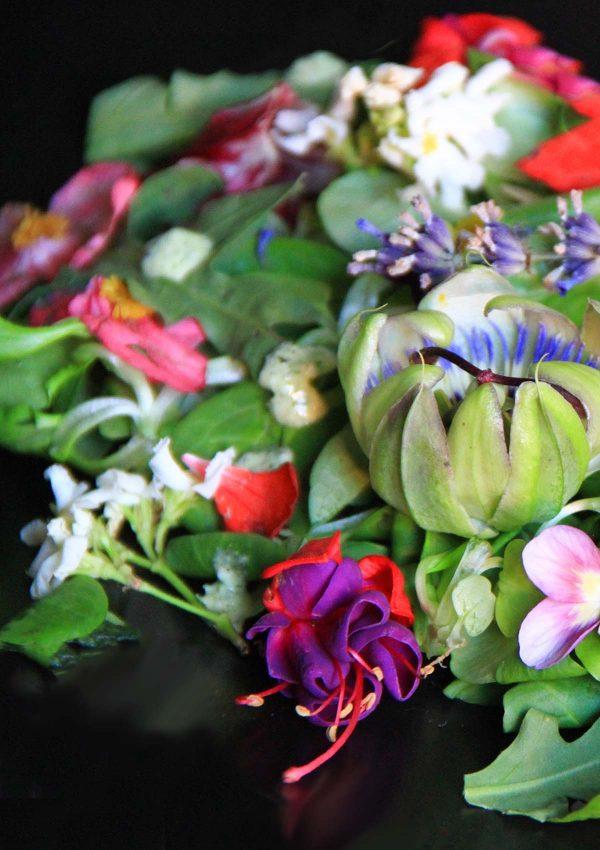 Insalata di fiori e foglie